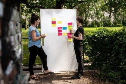 Whiteboard mit Post-its im Freien