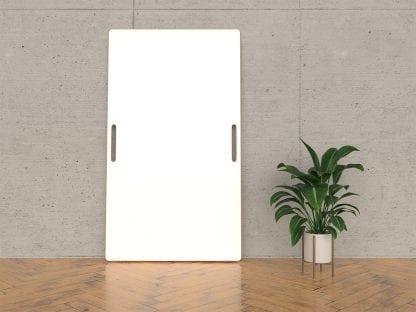Ein agiles Whiteboard an eine Wand gelehnt