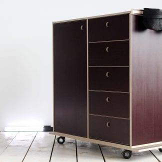 DesignThinking Stehtisch von vorne mit Materialschubladen und Filzbeuteln