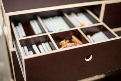 Offene Schublade mit Whiteboardstiften des Kekendo2 Teamtisches