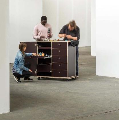 Ein Team von drei Personen arbeitet an der Kekendo 3 Workstation